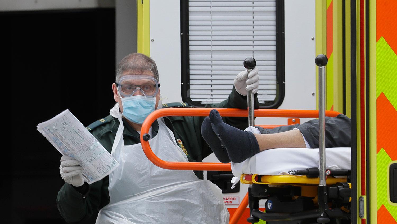 图为,2020年3月31日,一名救护车抵达英国伦敦圣托马斯医院。(美联社)