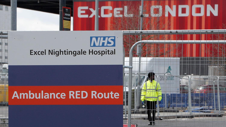 图为,2020年4月3日,路标指示救护车前往伦敦ExCeL新的NHS夜莺医院。(美联社)