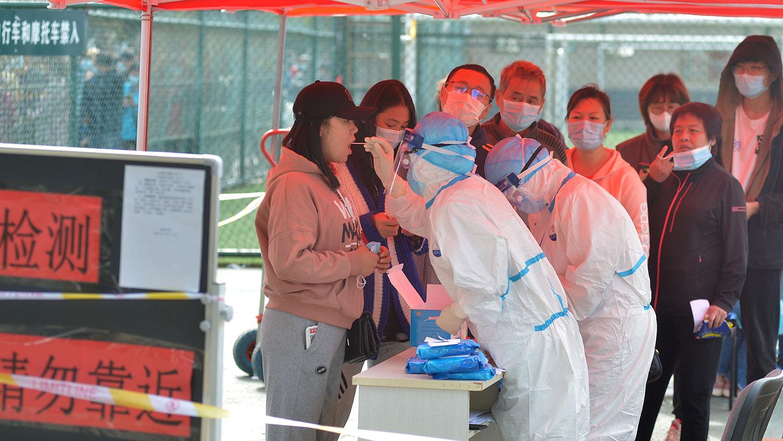 2020年10月12日,在青岛发生新的冠状病毒病病例后,在全市范围的检测中。(路透社图片)