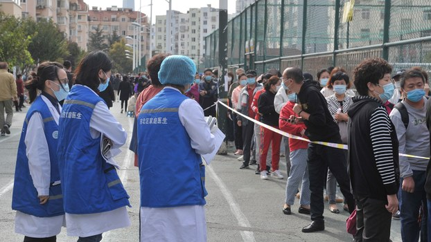 2020年10月12日,在青岛发生新的冠状病毒病病例后,在全市范围的检测中,戴着口罩的居民在核酸检测现场排队。(路透社图片)