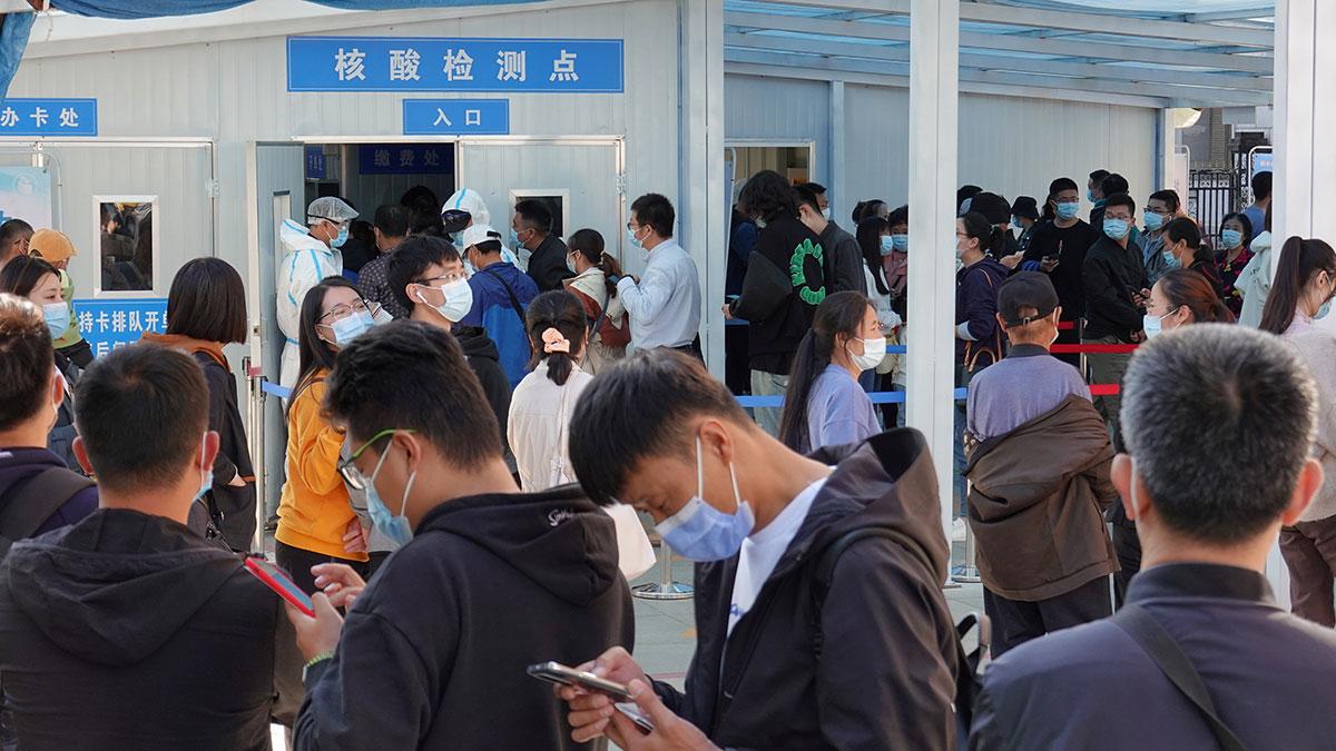 2020年10月12日,在紧急情况提醒人们最近去过新冠状病毒感染的青岛之后,人们在山东烟台的一家医院排队接受核酸测试。(路透社图片)
