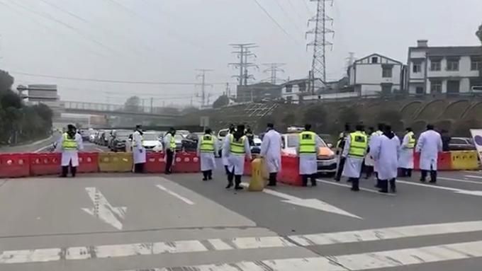 武鄂高速公路龚家岭主线收费站于1月23日中午一点关闭(视频截图)