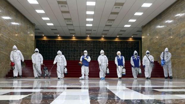2020年2月25日,工作人员正对韩国国会会议大厅进行防疫消毒。19日在国会议员会馆出席讨论会的韩国教员团体总联合会会长河润秀被确诊感染新冠病毒后,国会全面限制出入并取消全体会议。(法新社)