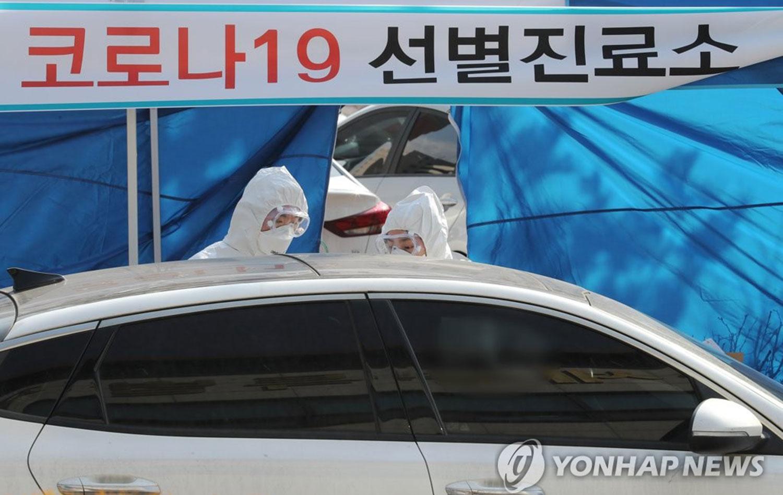 2020年2月26日,在韩国世宗市的一个卫生站,新冠病毒(COVID-19)感染筛查检查所采取在车内进行的方式检测病毒。希望检测的市民可自驾到诊所后在车内接受检测。(韩联社)