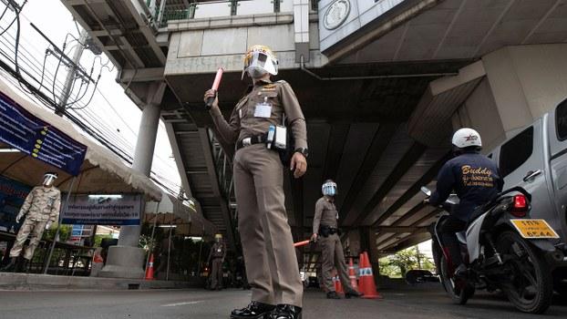 泰国继上周颁布紧急状态令后,采取进一步防疫措施。从周五(3日)开始,晚上十时至翌日凌晨四时实施宵禁。图为,2020年4月3日,戴着口罩的警察在泰国曼谷的健康检查。(美联社)