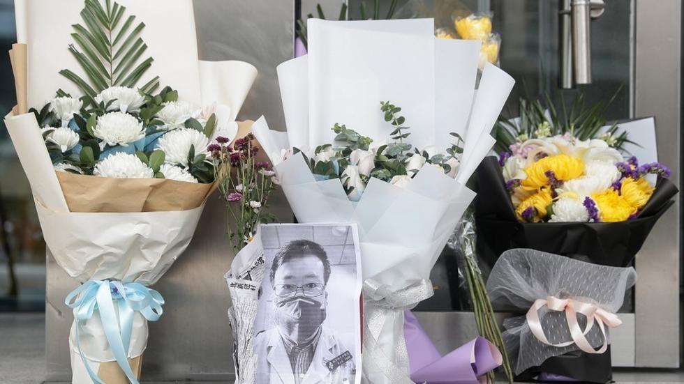 武汉中心医院里悼念李文亮医生的场景。(法新社)