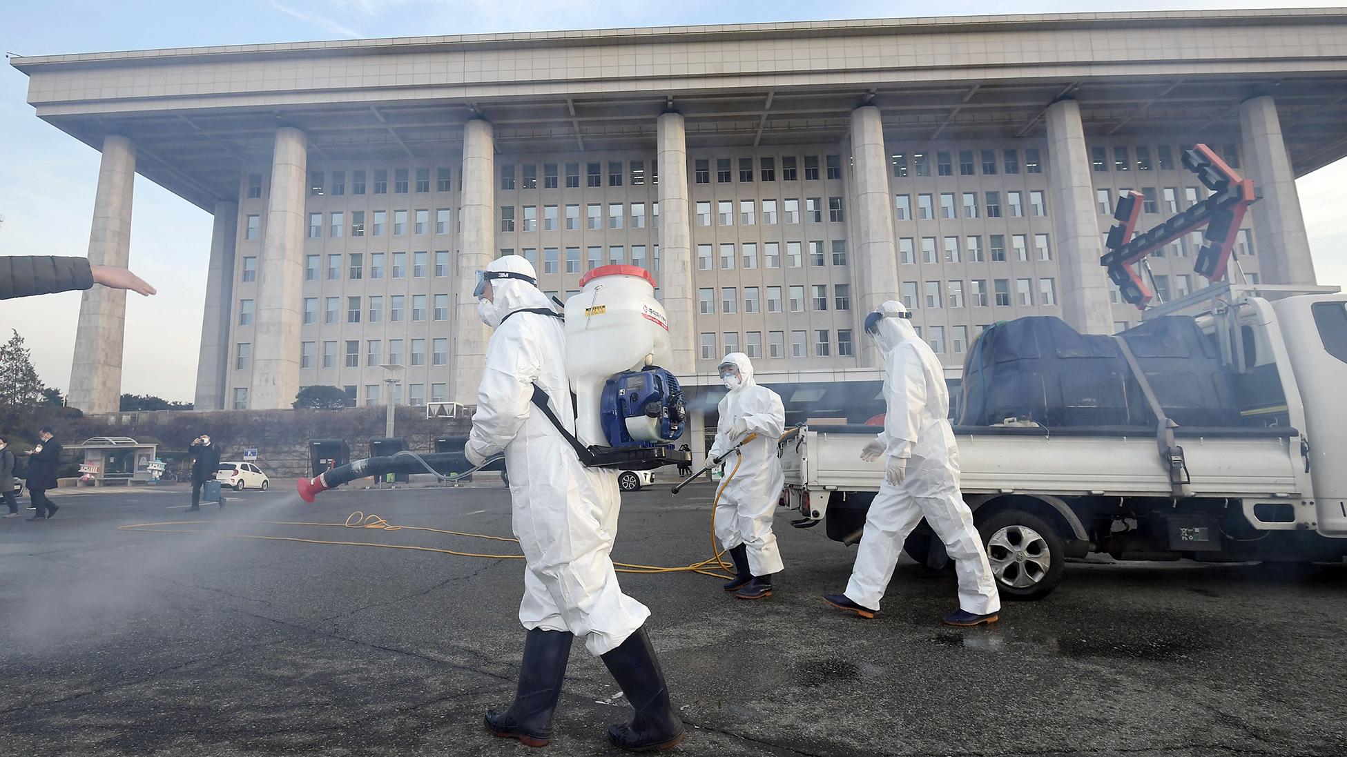 韩国医务人员在韩国国会进行预防消毒。(法新社)