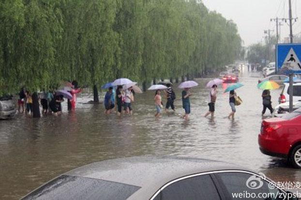 """对中国351个城市调研显示,有六成城市 """"逢雨必涝""""。(微博图片)"""