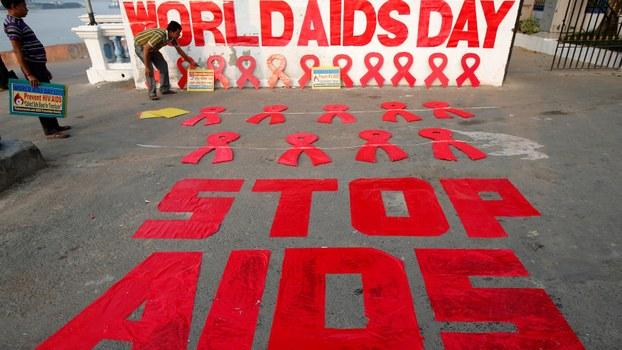印度的一些工作人员在为世界艾滋病日的活动做准备工作。(路透社)