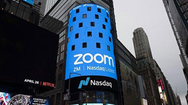 美国纽约街头显示的视频会议平台公司Zoom标志。(美联社)