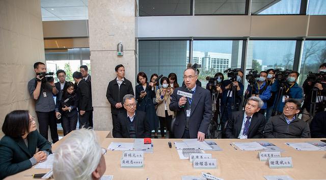 台湾总统蔡英文20日视察国卫院。(总统府提供)