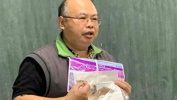 台湾师范大学生命科学专业学院教授吴忠信公布蝙蝠研究报告。(记者 黄春梅摄)