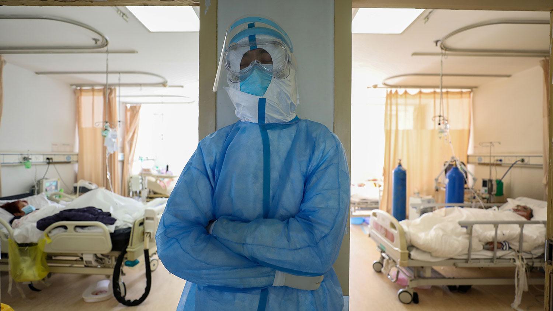 2020年2月16日,一名医务人员在武汉市红十字会医院隔离病房外休息。(路透社)