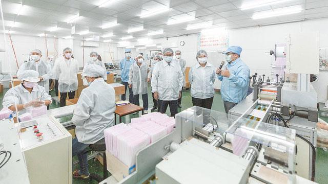 蔡英文3月9日前往桃园访视易廷企业公司,宣布台湾制造口罩一天产能突破1千万片。(总统府提供)