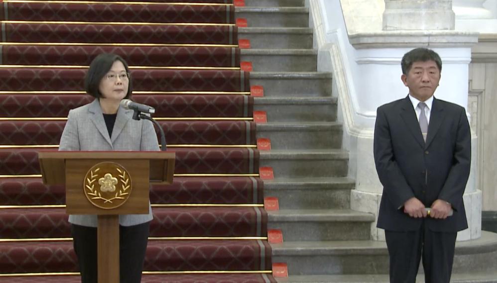 蔡英文召开记者会,中央防疫指挥中心指挥官陈时中(右)说明台湾疫情。(总统府youtube直播截图)