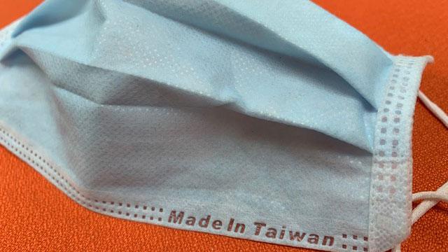 """蔡英文宣布以""""台湾制造""""口罩打进世界杯防疫赛,让世界看到台湾的贡献。(记者夏小华摄)"""
