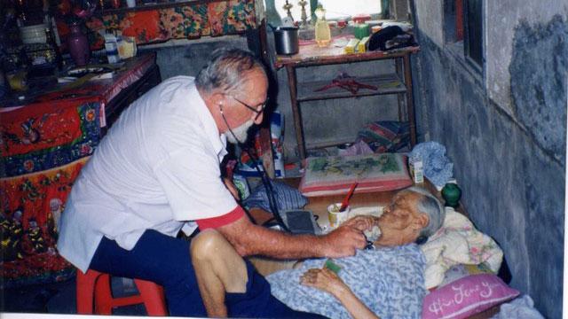来自意大利的何义士修士,一生都奉献给澎湖的患者。(灵医会马公惠民医院提供)