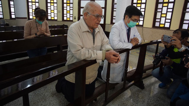 意大利身陷武汉肺炎肆虐,死伤惨重,在台湾奉献半世纪的80岁吕若瑟神父为家乡意大利祈祷。(罗东圣母医院提供)