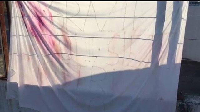 """意大利某家医院的外墙挂着布条感谢医护人员,录下影片的神父哭着口述白布写着""""你是我们的英雄""""。(截自灵医会提供影片)"""
