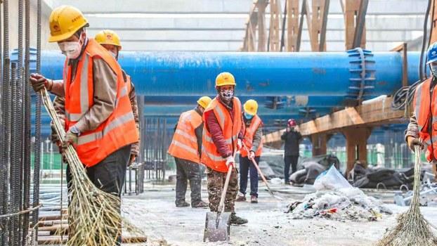 北京地铁复工的工作人员。(微博图片)