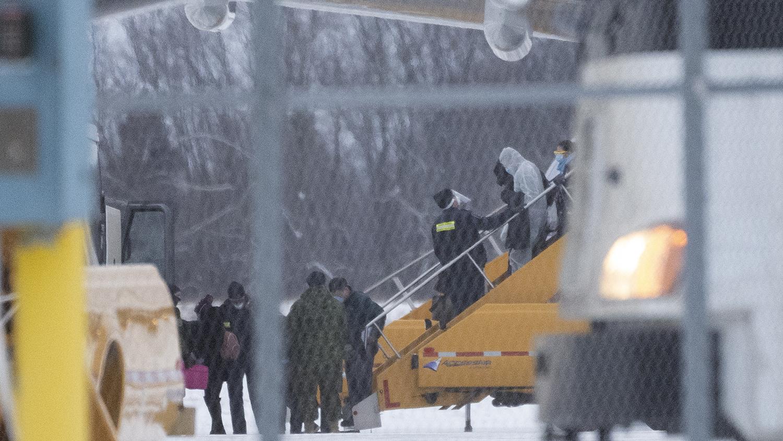 2020年2月7日,加拿大公民乘坐的包机从武汉抵达安大略省。(法新社)