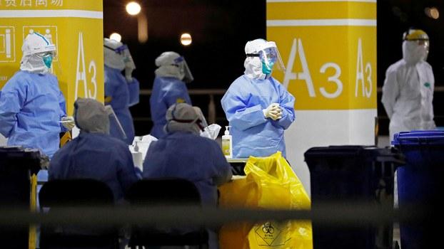 2020年11月22日,在上海出现新的冠状病毒病(COVID-19)后,上海浦东国际机场停车场内的临时核酸测试现场。(路透社)