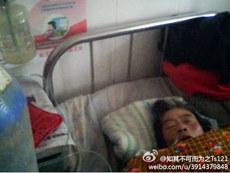 图片: 河南新蔡县一位艾滋病患者杨正兰生命危在旦夕。 (新浪微博/记者乔龙)