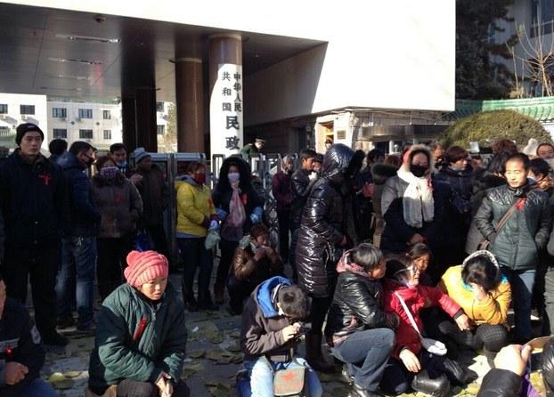 图片: 各地艾滋病患者聚集在民政部外抗议。 (网络图片/记者乔龙)