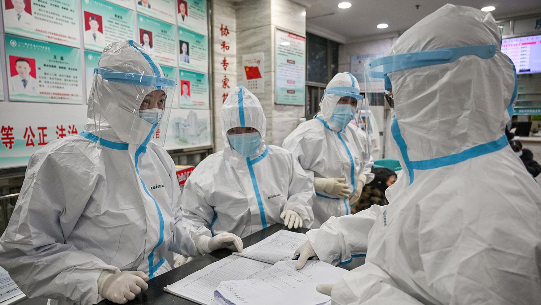 武汉肺炎横扫中国各地,目前正向境外蔓延。图为武汉市武汉市红十字会医院医务人员。(法新社)