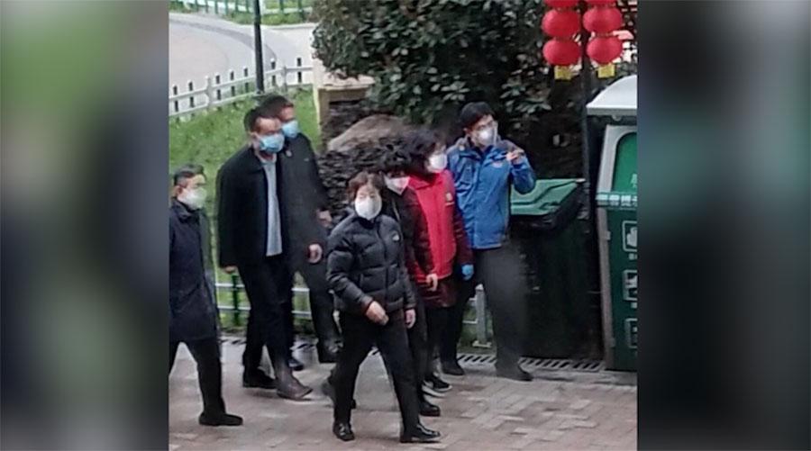 孙春兰视察武汉开元公馆,住户开窗怒吼物业造假。(视频截图)