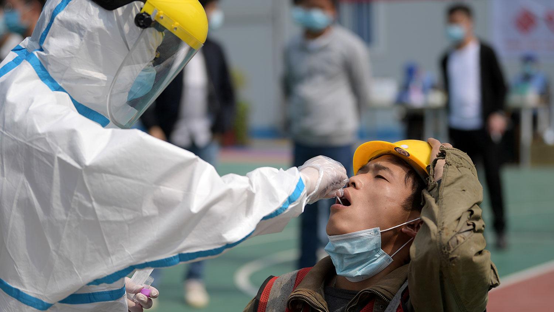 图为,2020年4月7日,湖北省武汉市的一名建筑工人在进行核酸测试。(路透社)