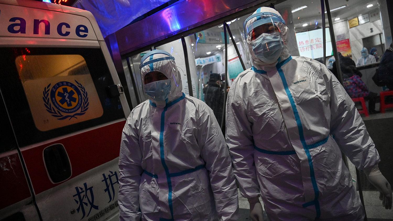 新型型肺炎肆虐,中国多地医院传出医疗物资短缺。图为2020年1月25日,武汉市红十字会医院的医务人员。(资料图/法新社)