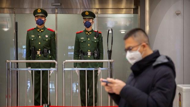 """中国已进入肺炎疫情大规模爆发期。中国公安部再发通知强调""""把维护政治安全放在首位""""和""""严厉打击境内外敌对势力""""。图为2020年1月23日,中国警察在北京首都国际机场。(资料图/美联社)"""