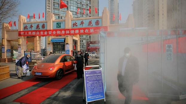 图为,在中国天津爆发新型冠状病毒之后,在入口处看到一种向住所居民喷洒消毒剂的设备。(路透社)