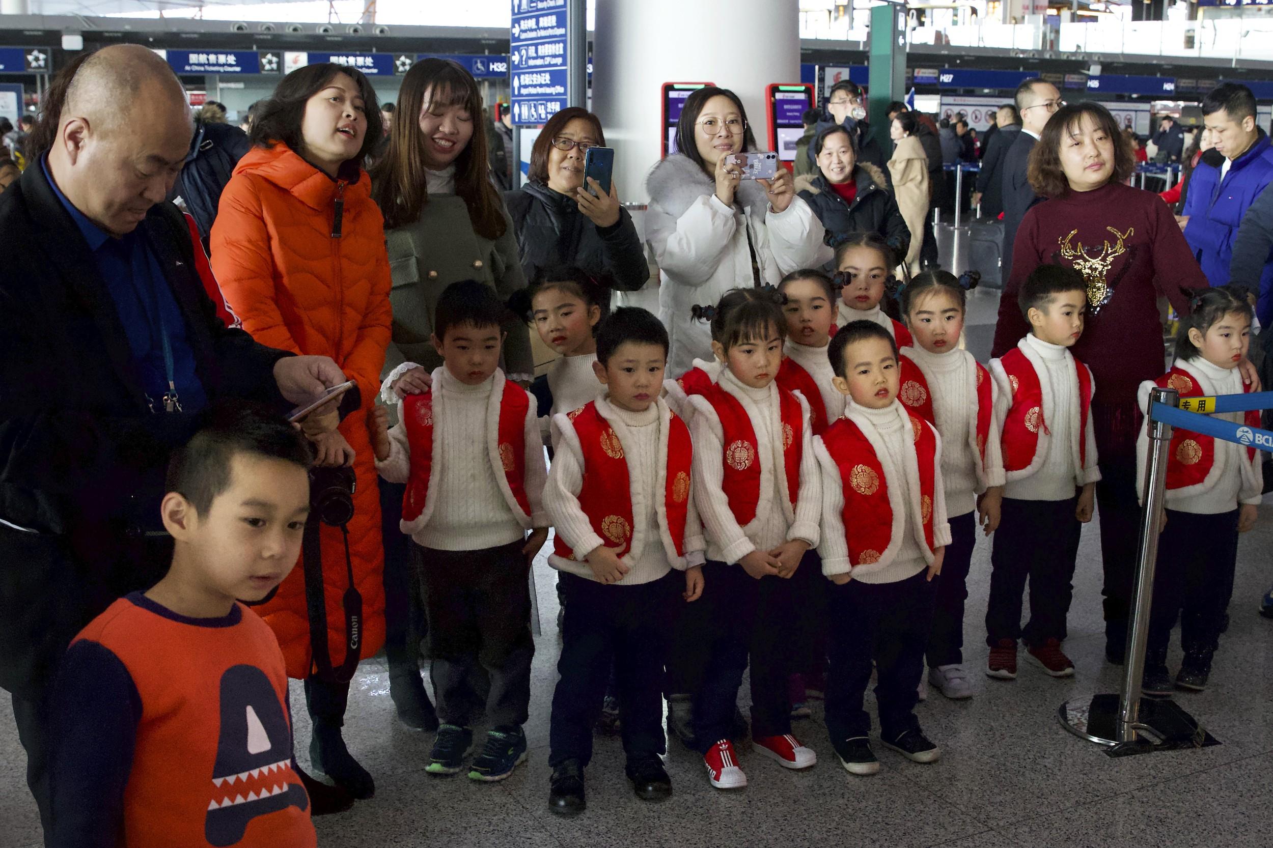 2020年1月17日,一些儿童在北京首都国际机场参加一个表演活动。(美联社)