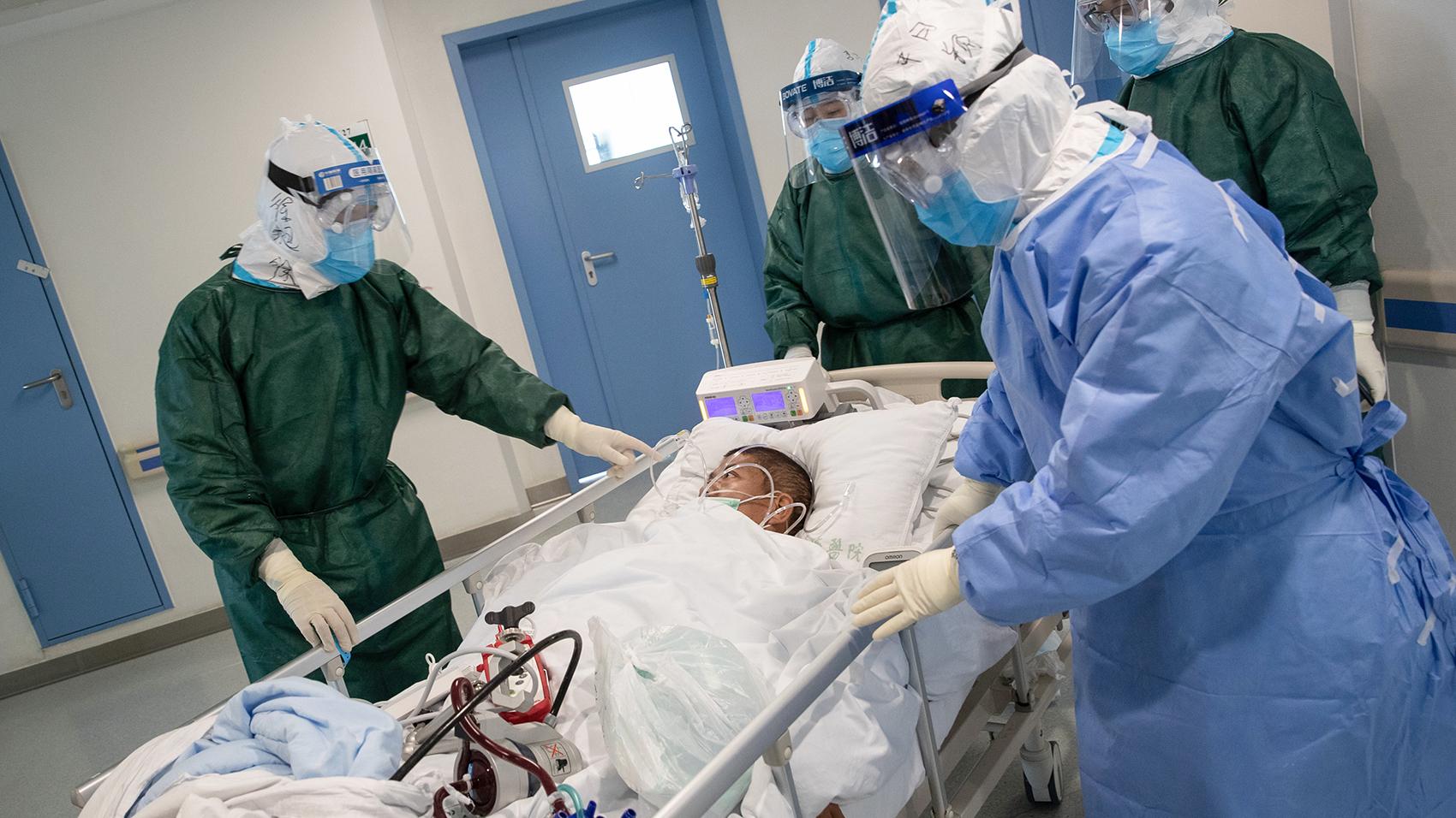 2020年2月22日,武汉一家医院内医生正在转移一名武汉肺炎的患者。(法新社)