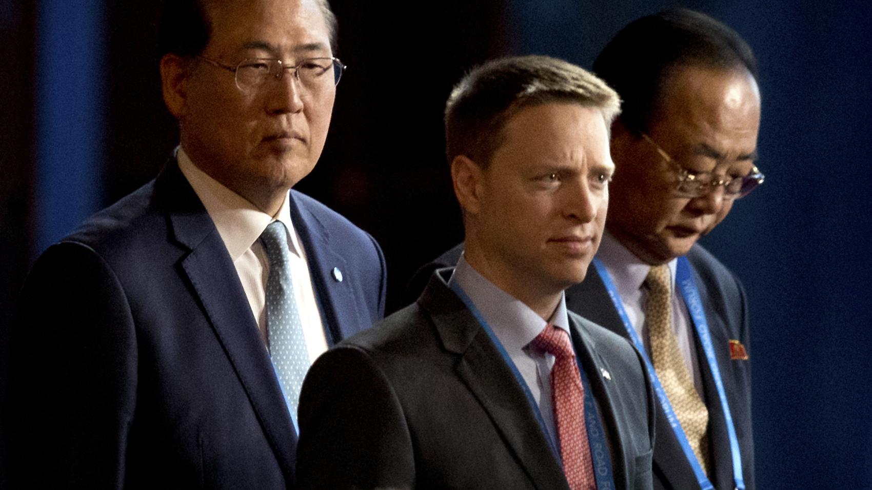 白宫国家安全副顾问博明(Matt Pottinger,中) 曾是《华尔街日报》派驻中国的记者。(美联社)
