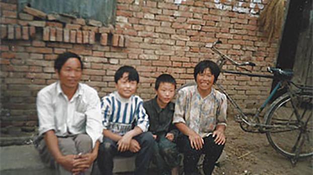 河南省商水县西赵桥村一家四口,丈夫和妻子因为献血感染艾滋病毒 ,妻子于1997年夏天死于艾滋病,她是这个村里第一例年夏天死于艾滋病感染的病人。(照片由王淑平提供)