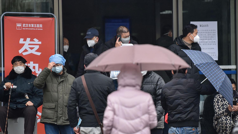 2020年1月24日,市民戴着口罩在武汉第五医院。(法新社)