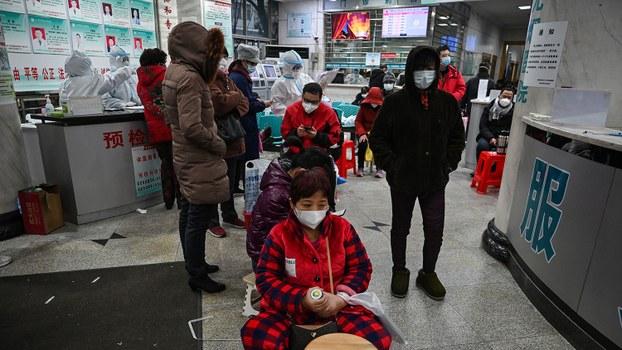 2020年1月25日,市民在武汉市红十字会医院等待医疗救治。(法新社)