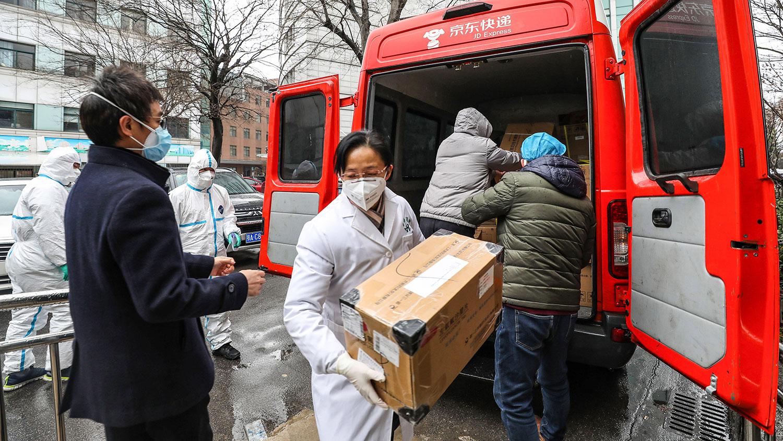 2020年1月26日,工作人员在武汉市第四医院搬运援助物资。(法新社)