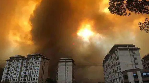 3月30日,四川凉山西昌市发生森林火灾,山火迅速蔓延,一度危及市区,大量浓烟飘进西昌城区。(微信截图)