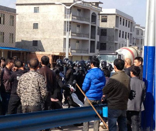 周三,当局出动特警暴力驱赶民众。(新浪微博)