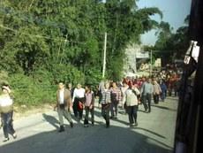 图片: 村民游行至镇政府示威。 (网络图片/记者扬帆)
