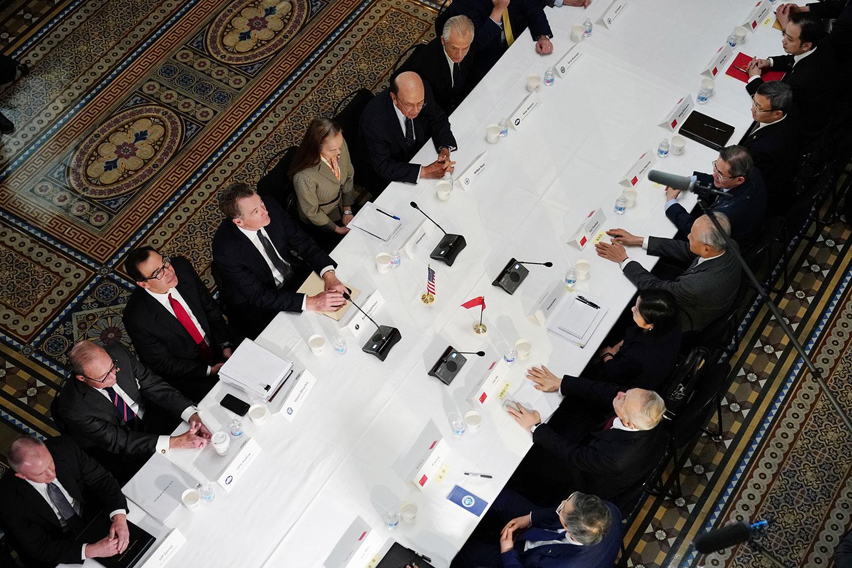 2019年2月21日,美国贸易代表罗伯特·莱特希泽带领的美方谈判人员与中国国务院副总理刘鹤带领的中方谈判人员在华盛顿艾森豪威尔行政办公大楼进行贸易谈判。(AFP)