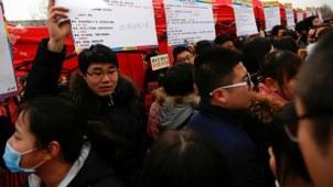 参加人才招聘会的中国应届毕业大学生(Public Domain)