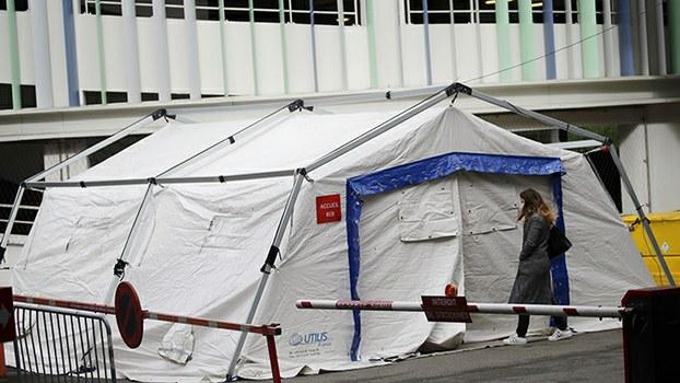2020年3月9日,法国巴黎附近的一家医院搭建帐篷救治新冠病毒肺炎患者。(美联社)
