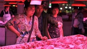 受猪瘟影响,民众担心猪肉价格还会继续上升,春节之前无望吃到便宜的猪肉。(资料图/法新社)