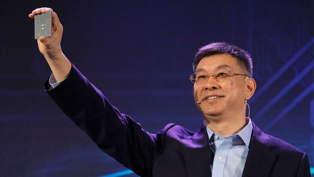 2019年1月7日,华为公司董事、战略研究院院长徐文伟在中国深圳总部发布其服务器芯片。(美联社)