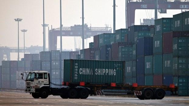 中国12月1日起实施《出口管制法》,限制敏感物品和技术数据出口,并可反制外国的出口管制措施。图为,中国海运集团的卡车在天津港口运送集装箱。(AP)